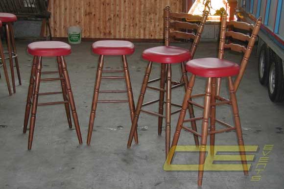 Barhocker mieten aus holz mit roten sitzfl chen nostalgie for Barhocker kinder